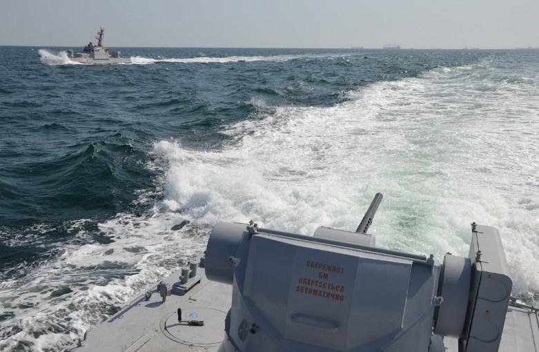 Украинские катера угрожали гражданским судам — ФСБ РФ