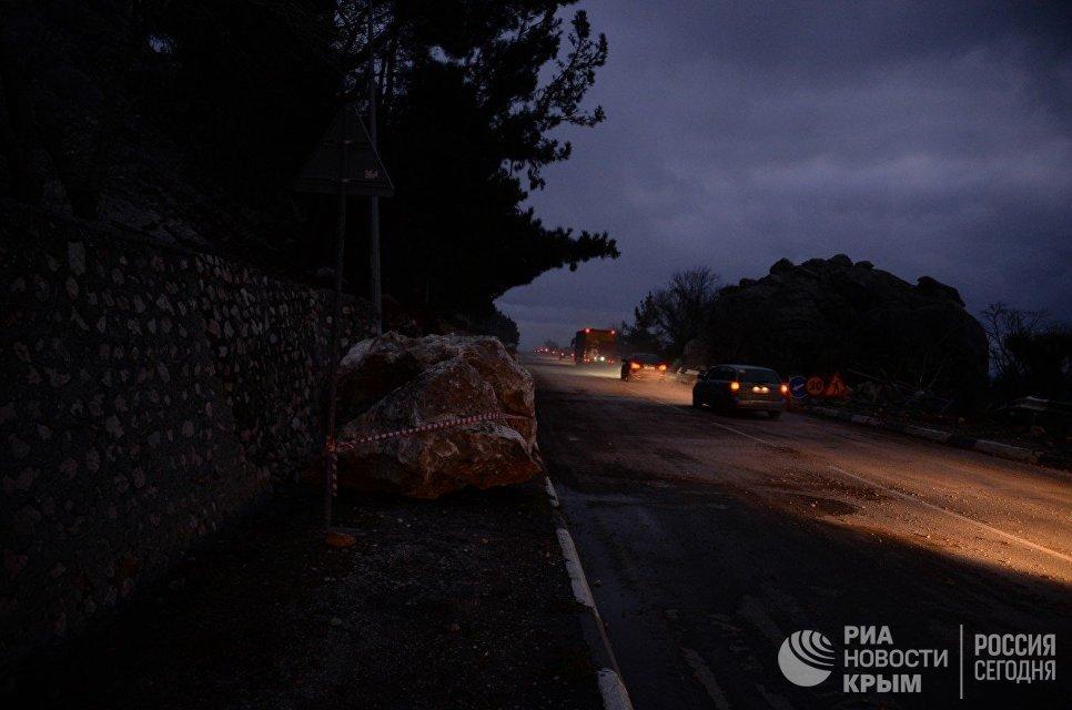 Участок трассы Ялта — Севастополь открыли после обрушения горных пород