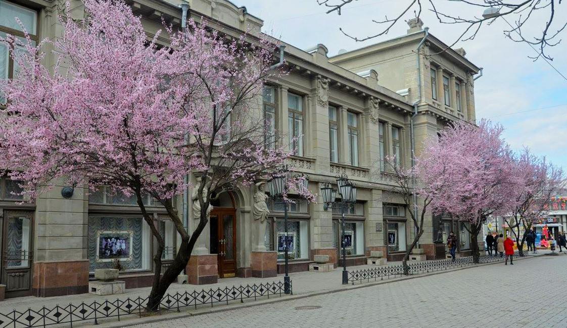 В Крыму возобновил работу драматический театр
