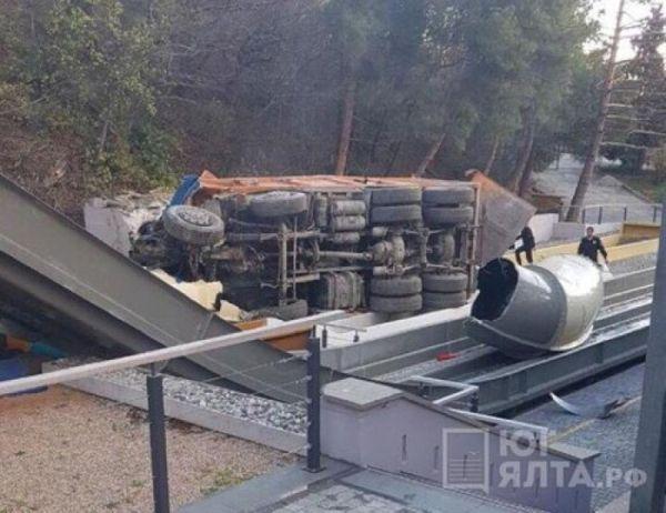 В Ялте самосвал слетел с дороги и упал на аквапарк отеля «Ялта-Интурист»