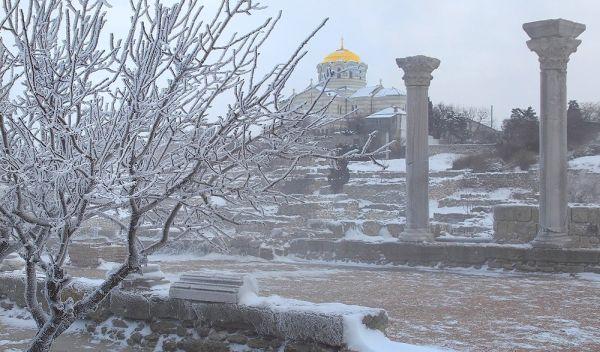 Задержание лже-ФСБшника в Крыму, наказание подростка за побеги из дома, что думают севастопольцы о главной городской елке и другие новости вторника