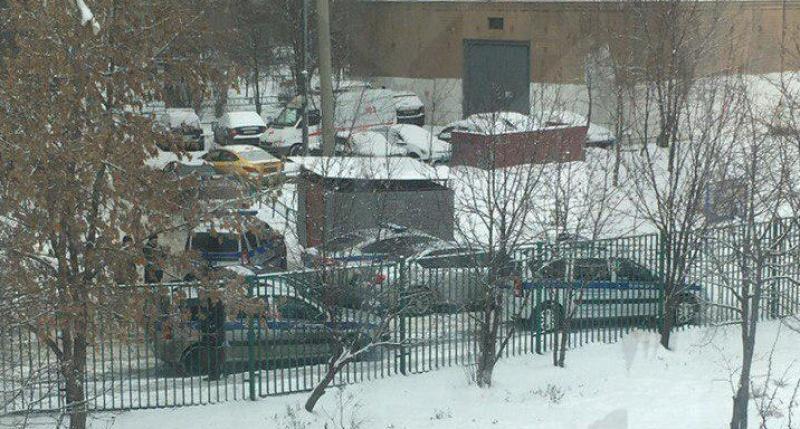 «Учителей пугает расправой»:  в Москве ученик пришел в школу с ножом и угрожает самоубийством