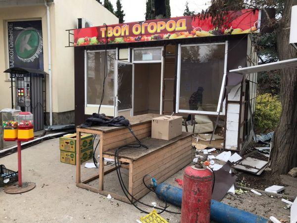В Стрелецкой бухте Севастополя сносят нестационарные торговые объекты