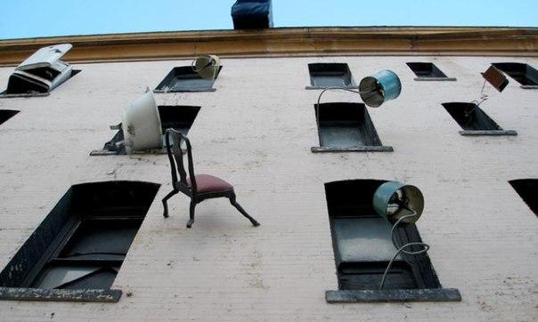 В Севастополе старую мебель выбрасывают прямо из окна
