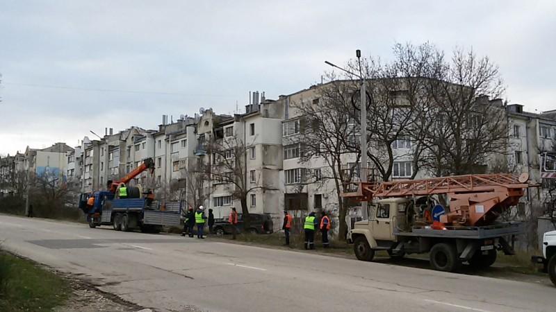 На улице Горпищенко в Севастополе начался монтаж наружного освещения