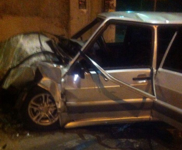 В Симферополе машина влетела в остановку, водитель погиб – соцсети