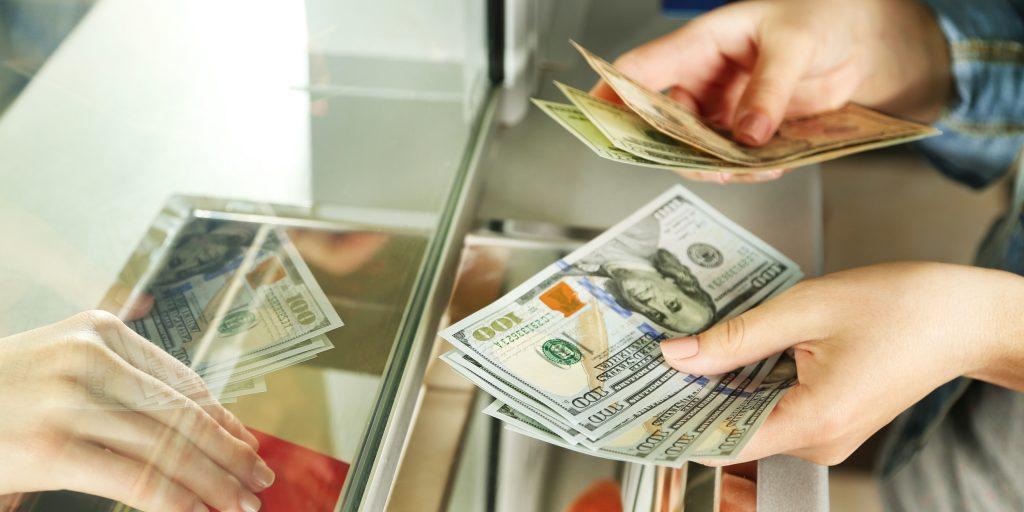 Безработным в России станет труднее обменять валюту