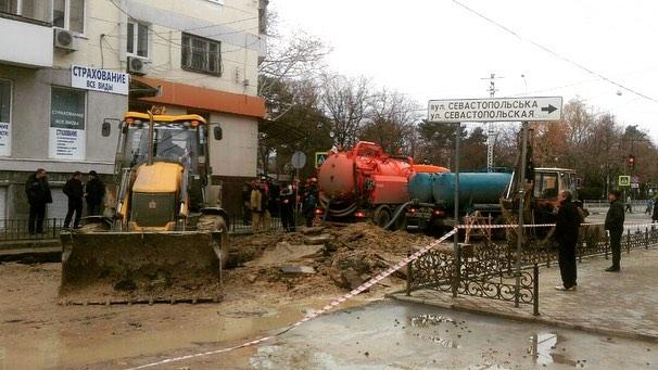 В Симферополе крупная авария на водоводе, погиб рабочий