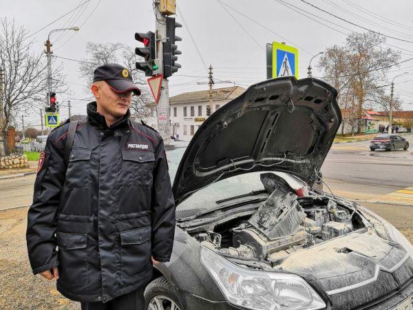 В Севастополе сотрудники Росгвардии спасли водителя из внезапно загоревшегося автомобиля