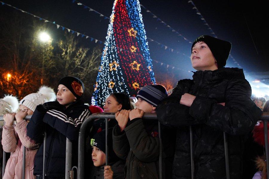 Тысячи севастопольцев пришли на открытие городской ёлки (фото)