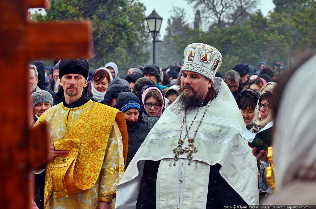Севастопольских священников обыскивают по пути в собор