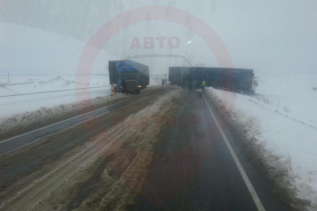 На скользких крымских трассах произошли массовые аварии с участием фур