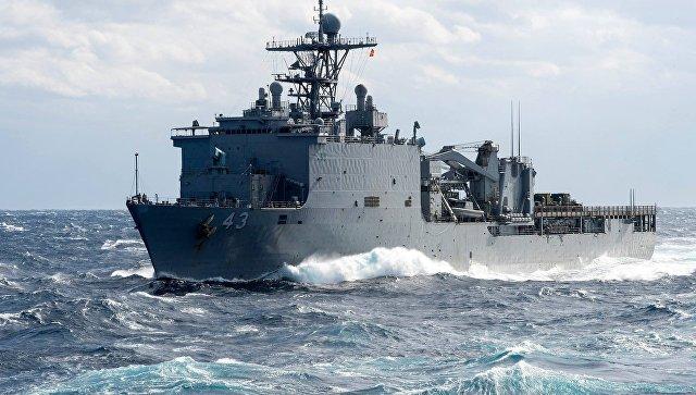 Десантный корабль-док ВМС США направляется в Черное море