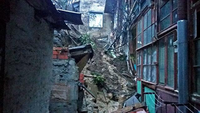 В Ялте селевой поток обрушил опорную стену и заблокировал жилой дом