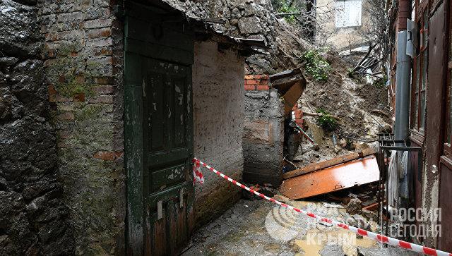 Спасатели ликвидируют последствия обрушения подпорной стены в Ялте