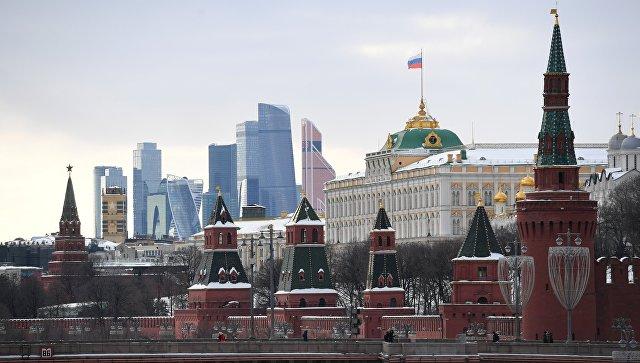 Украинскому министру подарили торт в виде руин Кремля