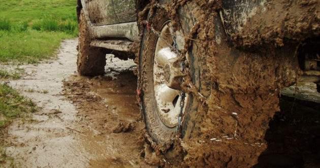 Иномарка увязла в грязи на крымской дороге