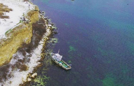 Севшее на мель в бухте Севастополя судно «Топаз» отбуксируют