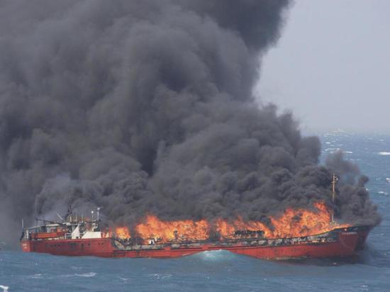 Названы возможные причины пожара на танкерах у берегов Крыма — эксперт