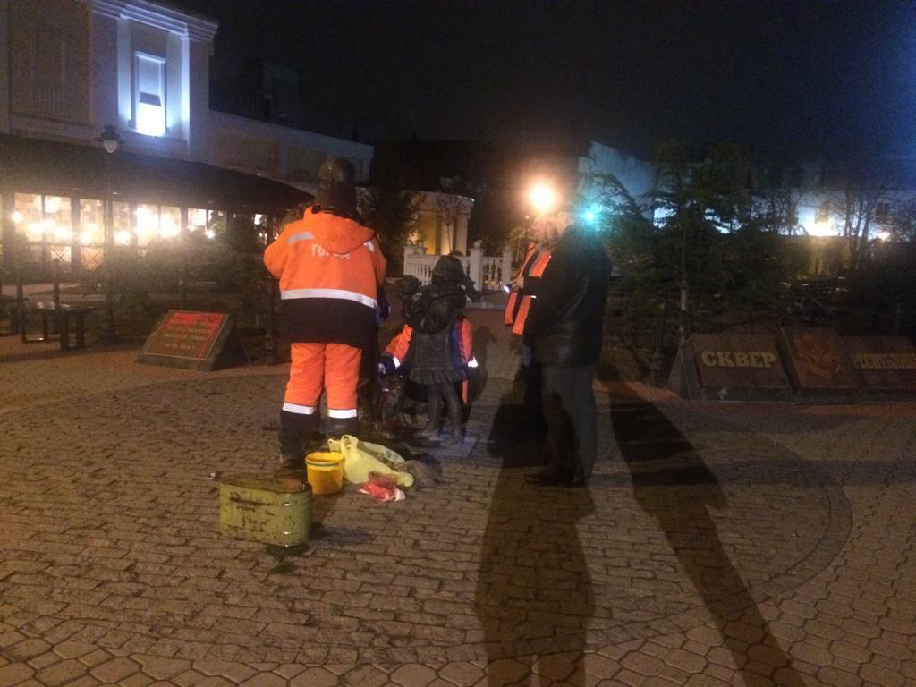 Коммунальщики отмыли от краски памятник «Вежливым людям»