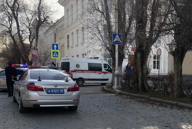 Появились фото эвакуации из «заминированных» севастопольских школ