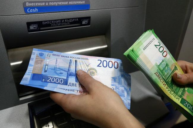 В Симферополе пенсионерка украла из банкомата 40 тысяч рублей
