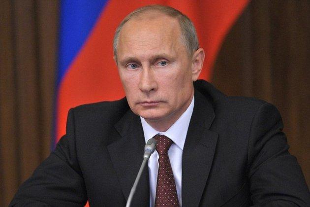 Песков рассказал, как Путин получает зарплату и пенсию
