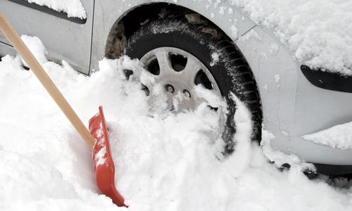 В снегу на крымской трассе застряло авто с беременной женщиной