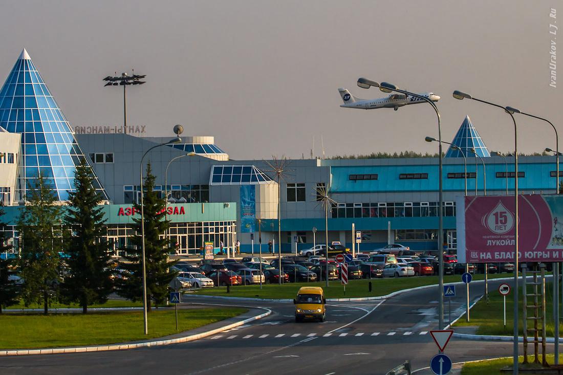 Из здания аэропорта в Ханты-Мансийске, где нештатно сел самолет, вывели всех сотрудников