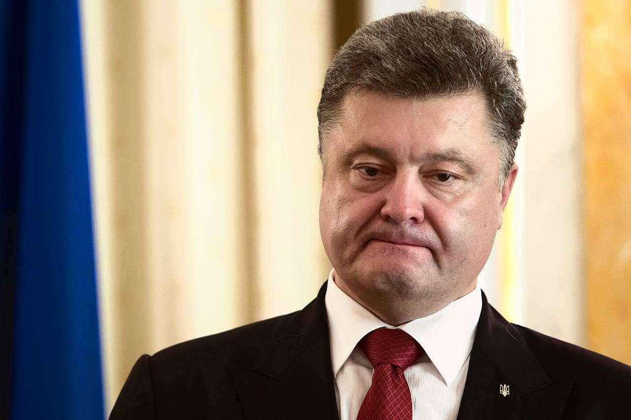 Даже слушать не стал: Порошенко выбил телефон из рук снимавшего его украинца