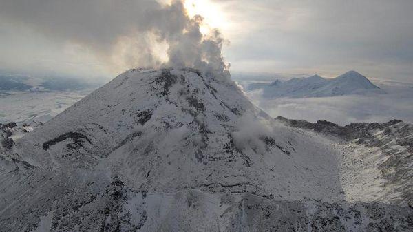 Камчатский вулкан выбросил столб пепла на 10 км выше уровня моря