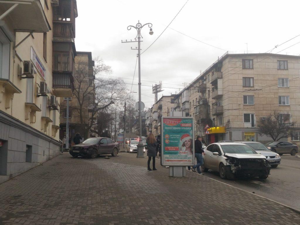 В Севастополе автомобиль вылетел на тротуар и сбил пешехода