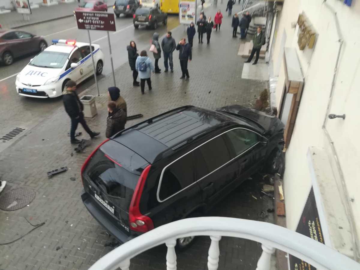 Трое пострадали, один чудом уцелел: в Севастополе иномарка врезалась в двери магазина