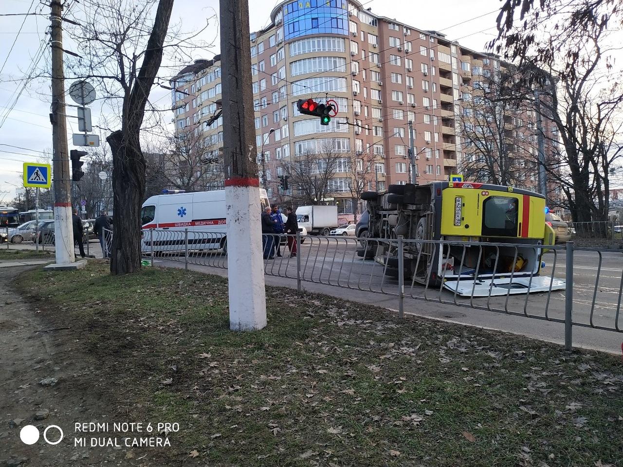«В сторону Москольца мчалась»: в Симферополе на перекрестке перевернулся реанимобиль