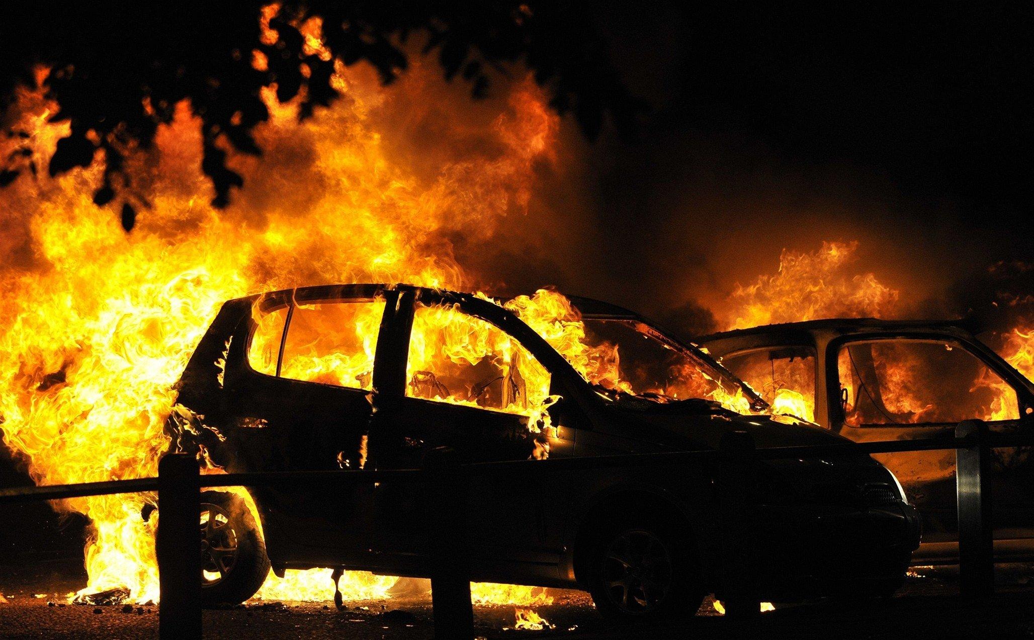 В центре Симферополя сгорел автомобиль (видео)