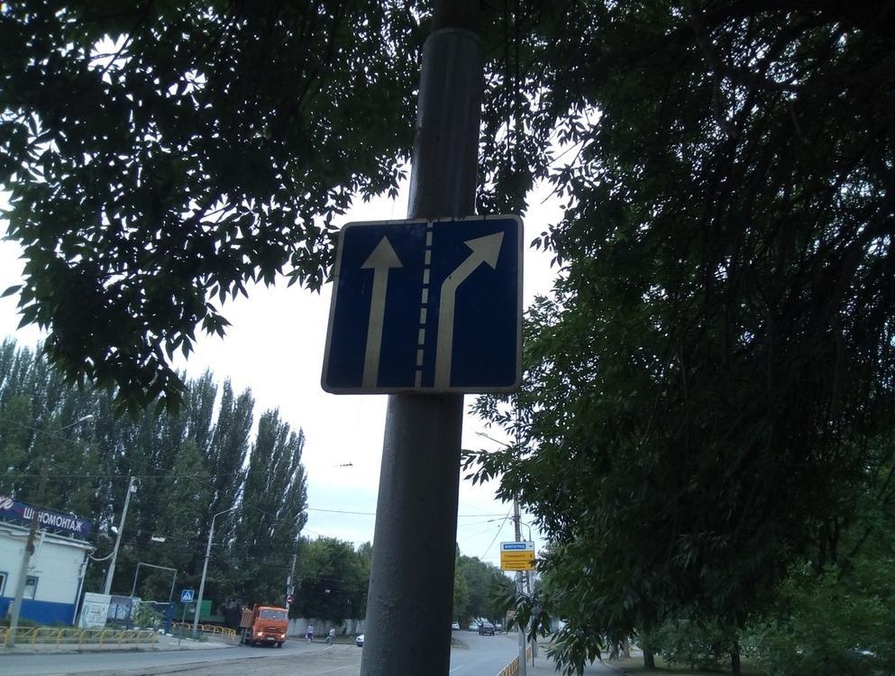 В Севастополе дорожные знаки прикрепляют к деревьям и кустам