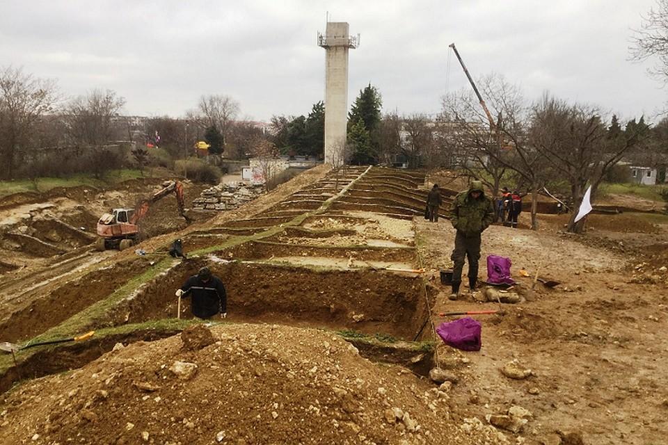 Стеклянные гранаты и подземные ходы: в центре Севастополя обнаружили около 8 тысяч артефактов времен Крымской войны