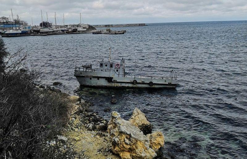 Севастопольцы по-прежнему ищут владельца севшего на мель катера