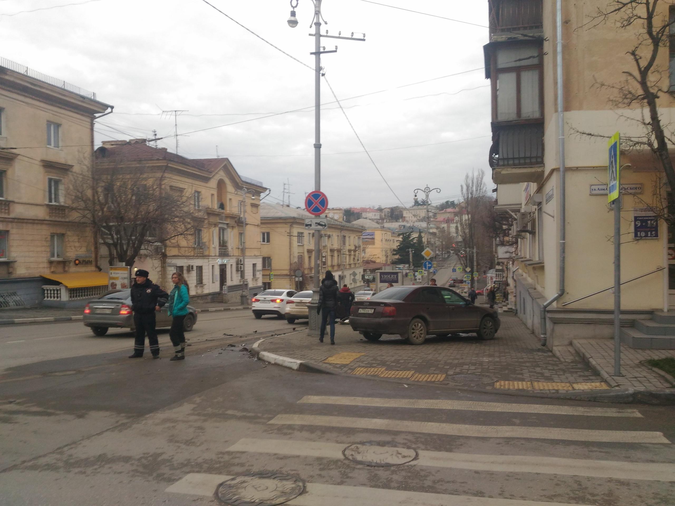 Дежавю: в Севастополе машина снова выскочила на злополучный тротуар