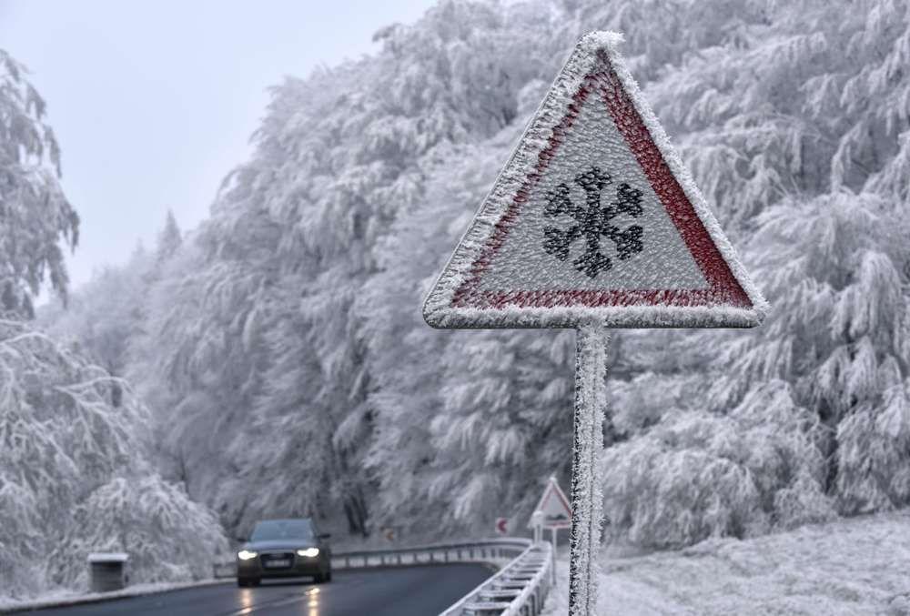 Вниманию автомобилистов! В пятницу на дорогах ожидаются снег и гололед