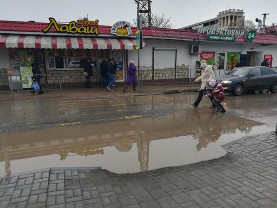 В Севастополе осмотрели лужу на Восставших. Будут думать