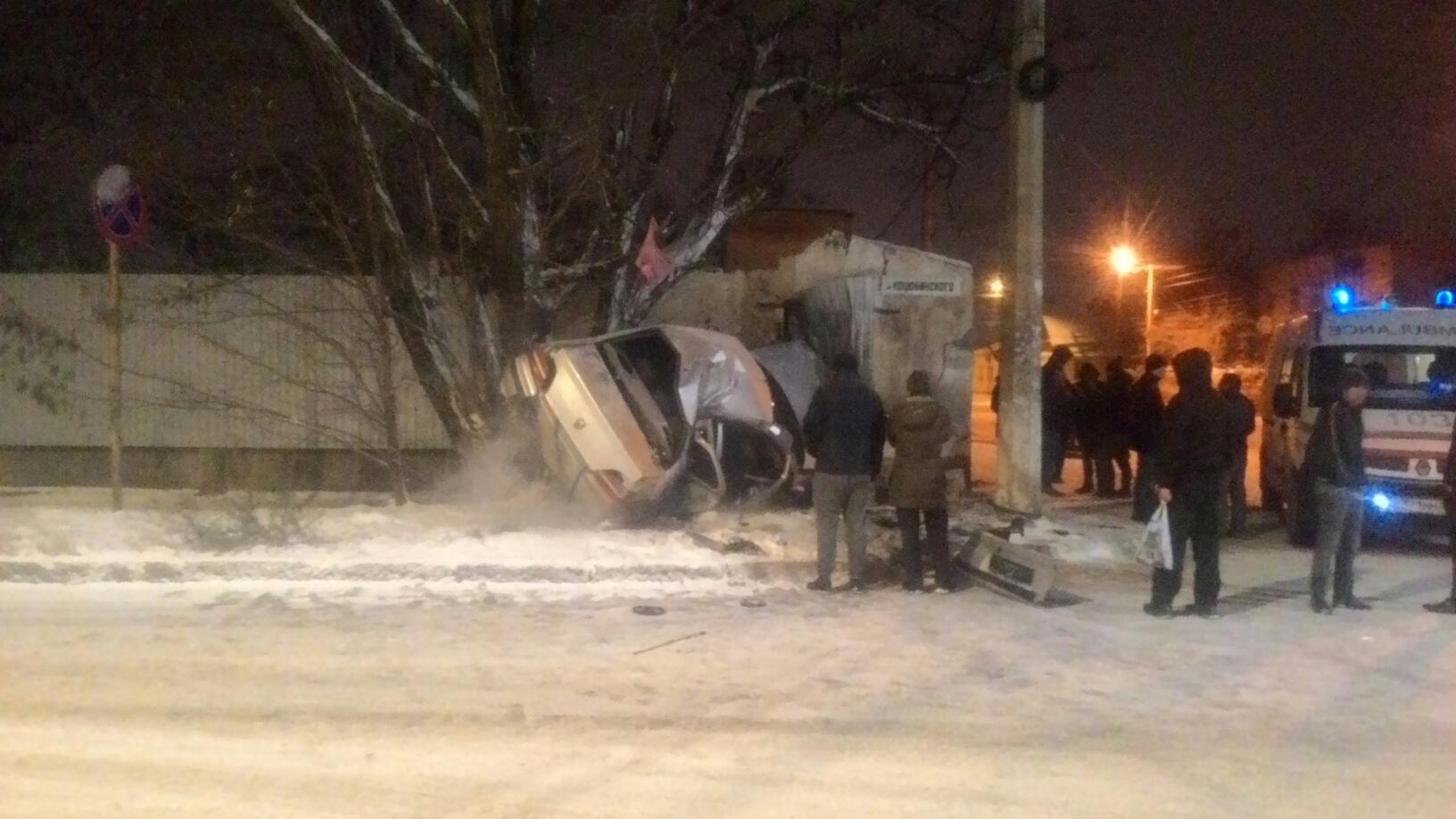 В Симферополе «Пежо» после заноса на скользкой дороге превратился в груду металла (фото)