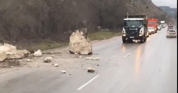 Под Севастополем на дорогу обрушилась каменная глыба