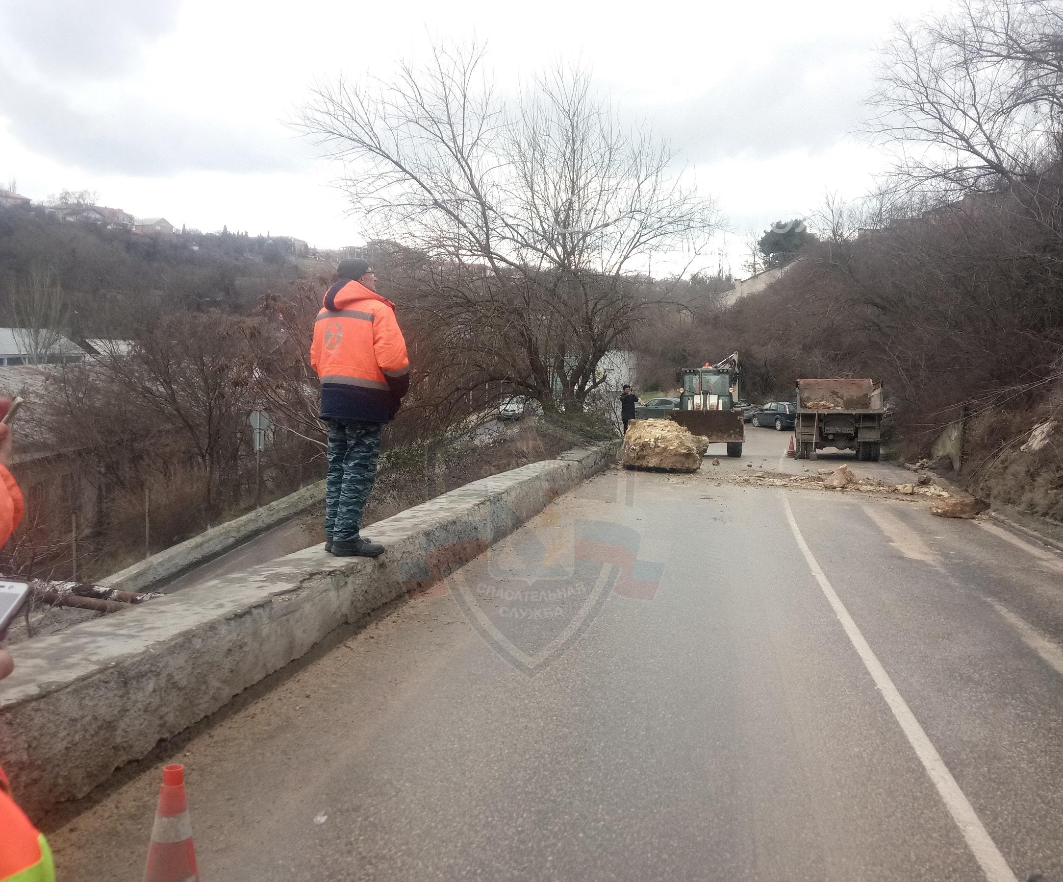 В Севастополе обрушилась часть скалы