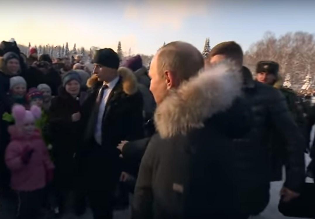 Путин отодвинул охранника, чуть не толкнувшего ребенка