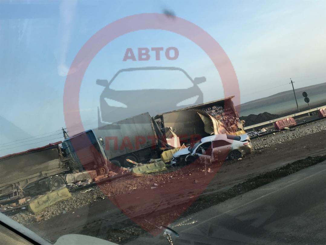 Страшное ДТП на «Тавриде»: столкнулись три грузовика и легковушка