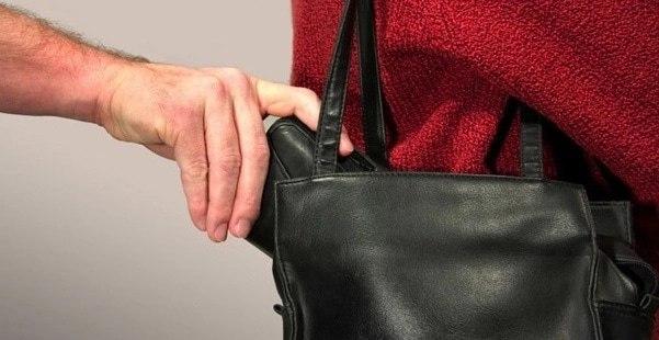 Работник украл у своей начальницы из сумочки 66 тысяч рублей