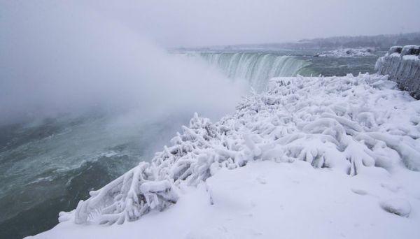 Из-за сильных холодов частично замерз Ниагарский водопад