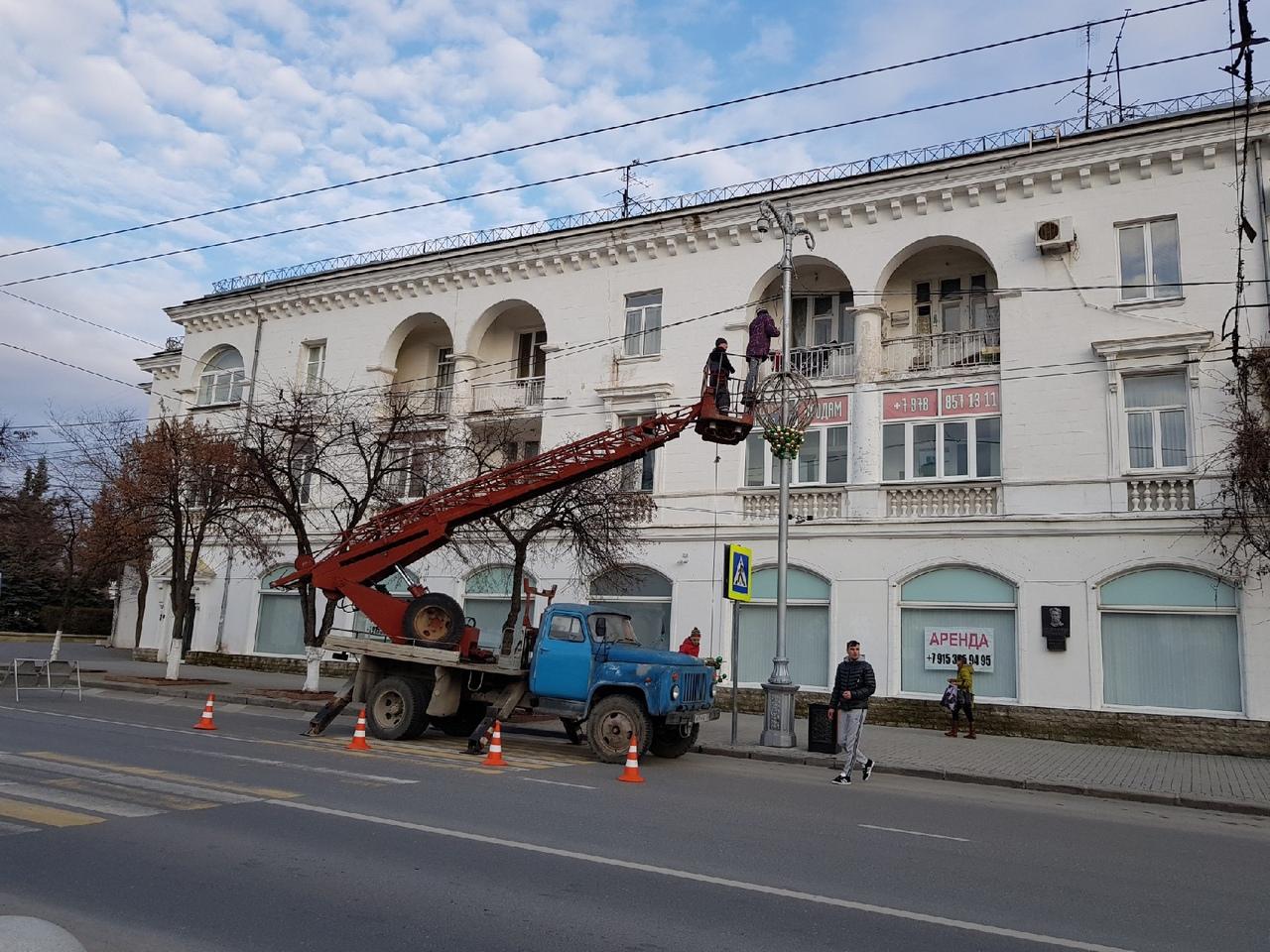 В Севастополе разбирают новогоднюю иллюминацию