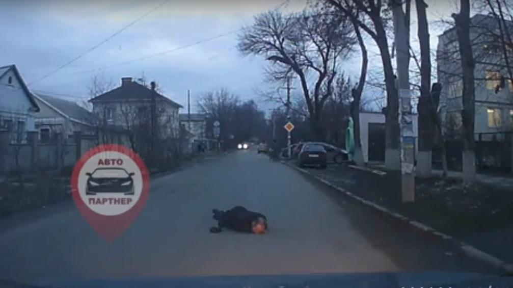 «Люди проходят мимо»: в Симферополе никто не обратил внимания на лежащего посреди дороги мужчину